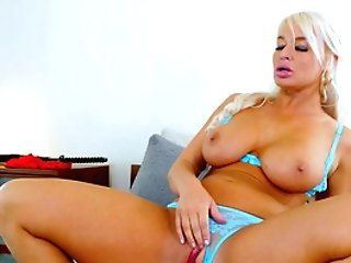 Porno Mom Rails Dick In Crazy Manners And Gulps Big Time