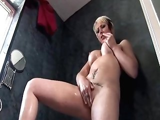 Sexy Blonde Mummy Tracy Venus Frigs Her Puss In The Douche