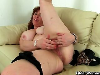 Brit Mummy Janey Strips Off And Plays With Her Hairy Coochie