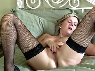 Blonde Matures First-timer Velvet Skye Frigs Her Bald Puss