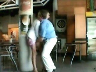 Un Duo De Femme Et D'homme Matures Décide De Réaliser Un De Leur Fantasme Et S'exhibe Et Baise En Public Dans Un Aéroport.