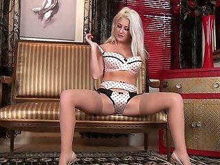 Libidinous Blonde Mummy Lu Elissa Gets Naked And Plays With Her Yummy Slit