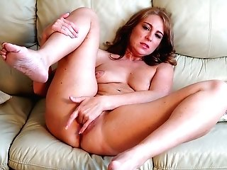 Matures Woman Marta Is Masturbating Her Poon Spreading Gams Broad Open