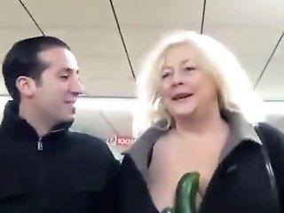 Sodomie Au Concombre à Domicile Pour Une Femme Au Foye Au Gros Derrière Très Cochonne