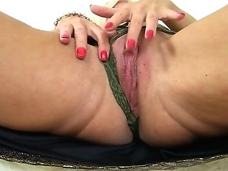 English Mummy Ellen Makes Her Fanny Squirt With A Fuck Stick