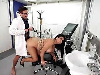 Chubby Latina Bombshell Pounded Xxx At The Physician's Office