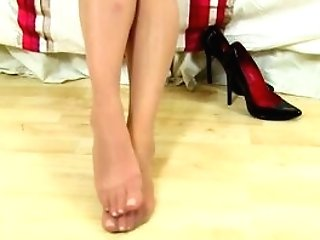 Brit Mummy Abi Lets You Love Her Nyloned Fanny